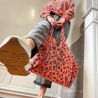 On adore ce look panthère rose avec le combo pull et maxi sac @brewster_paris ! 👜  Validez-vous ce look color sauvage ? 🐆  Jean @hod_paris Baskets @newlab_official  #clermontferrand #clermontfd #jalousesstore #conceptstore #siteenligne #clfd #style #ootd #outfit